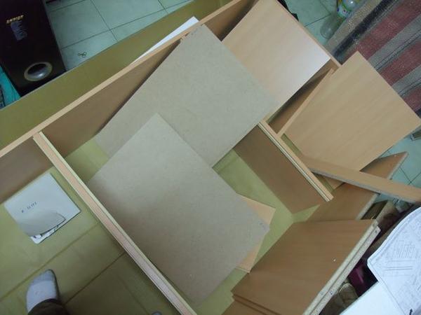 玻璃8+2收納櫃-03-努力組裝中.jpg