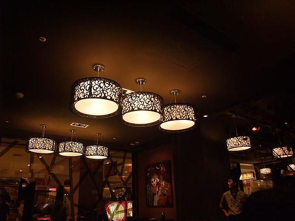店內擺設-有氣氛的燈飾.JPG