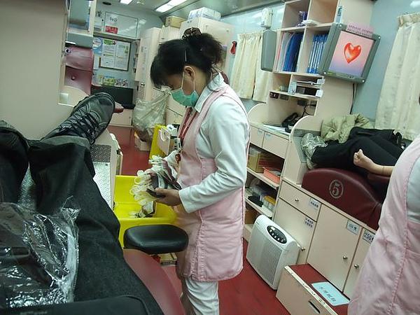 第一次捐血-護士小姐.JPG