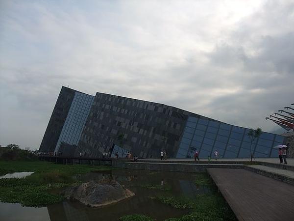 蘭陽博物館-傾倒的小山.JPG