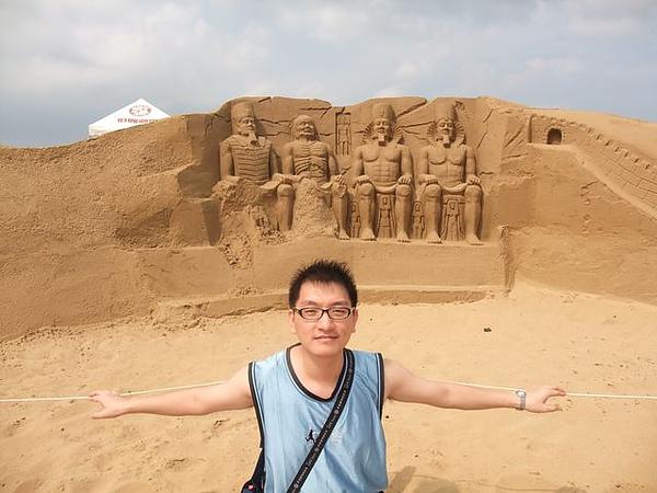 2010沙雕-祭壇-阿布辛貝與木乃伊-我與阿布乃伊.JPG