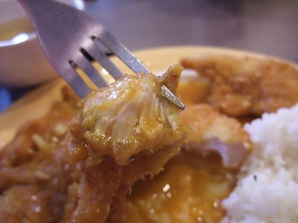 第1日午餐-1970香港故事-雞豬雙拚醬燒咖哩飯-雞肉2.jpg