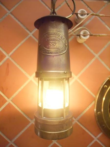 第1日晚餐-南瓜屋-店內擺飾-感應式古油燈1.jpg