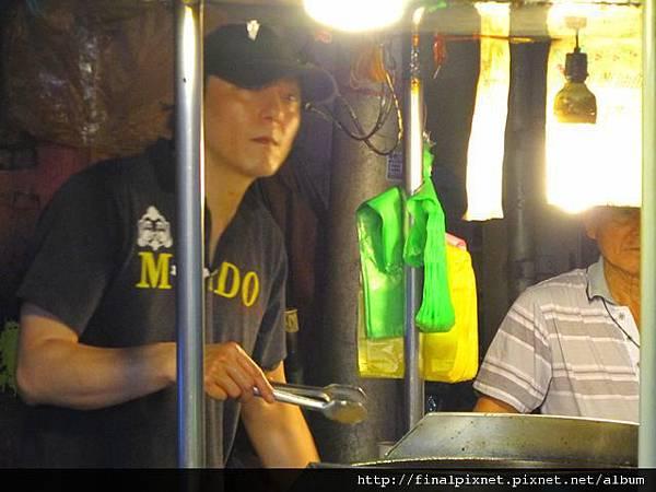 宜蘭東門夜市-彭家蔥油餅-師傅製作過程.jpg