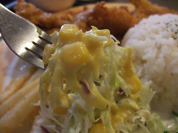 第1日午餐-1970香港故事-雞豬雙拚醬燒咖哩飯-沙拉近觀.jpg