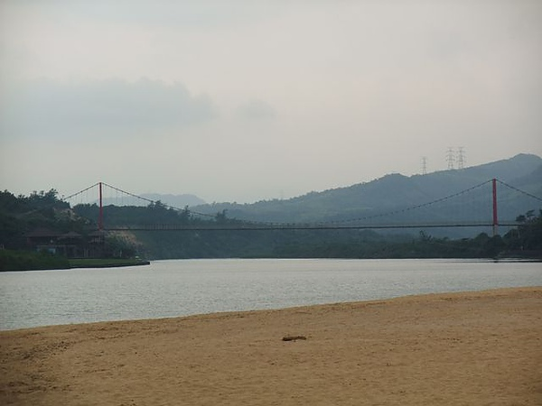 福隆海水浴場-另一邊的吊橋.JPG