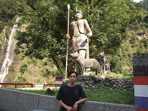 烏來-台車-瀑布站-泰雅族像與祈哥.JPG