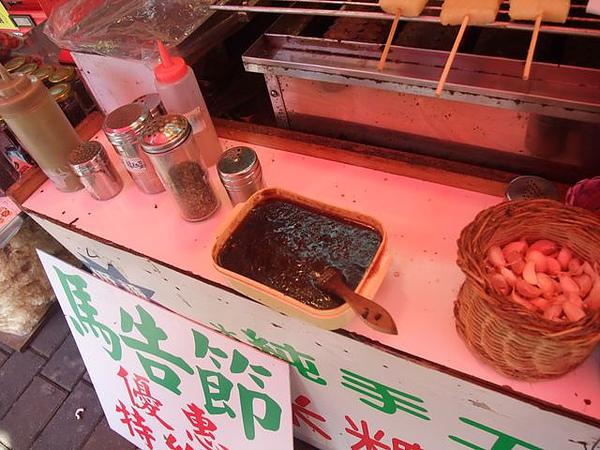 烏來老街-黑豬肉香腸-醬料.JPG
