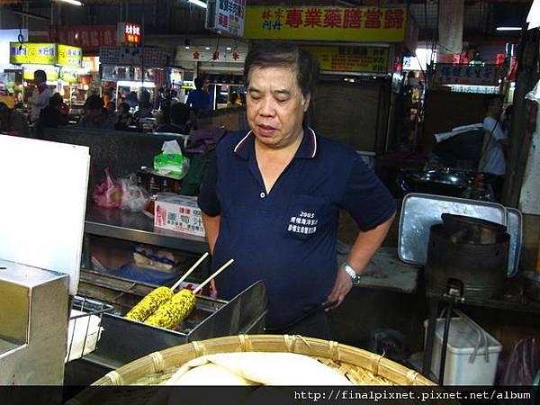 宜蘭東門夜市-現烤玉米-師傅製作過程.jpg