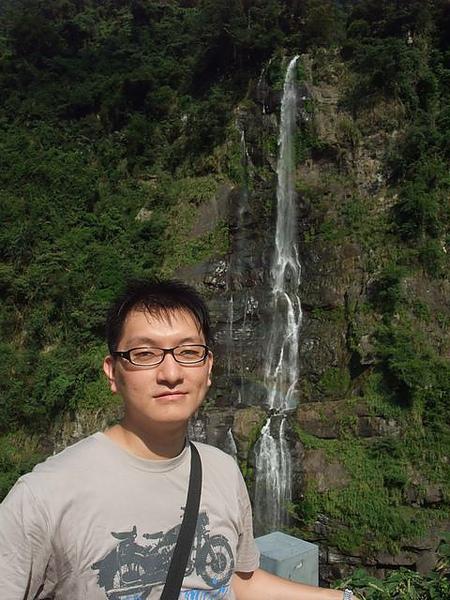 烏來-台車-小弟與瀑布.JPG