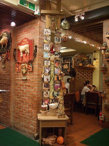 第1日晚餐-南瓜屋-店內擺飾-CD牆.jpg
