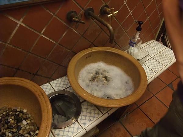第1日晚餐-南瓜屋-古色古香廁所-洗手台.jpg