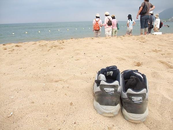 福隆海水浴場-沙攤與鞋.JPG