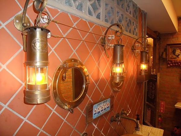 第1日晚餐-南瓜屋-店內擺飾-感應式古油燈.jpg