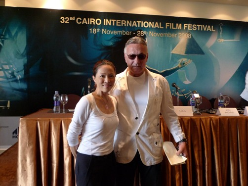 這兒是香格里拉榮獲2008開羅影展最佳攝影獎,導演與影展主席合影