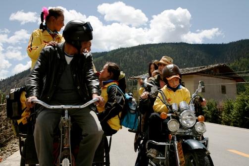 尋找梅裏雪山的路上,遇到一輛載滿剛放學小孩的三輪車~