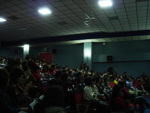 四百人座位,超過九成滿