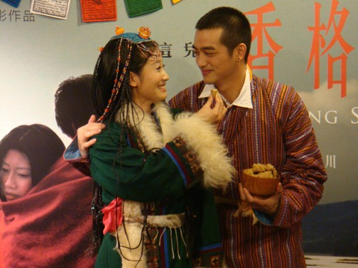 記者會上吳中天、朱芷瑩互餵西藏食物糌粑