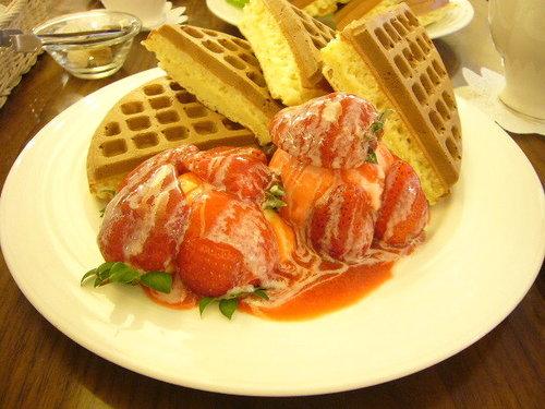 草莓奶油冰淇淋鬆餅