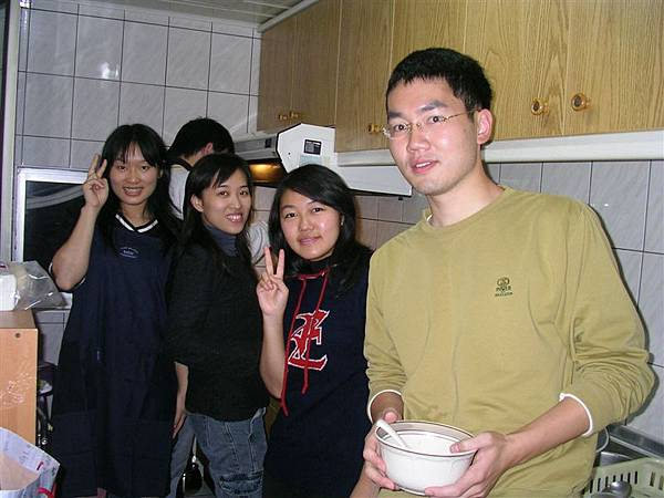 在廚房裡嘰哩呱啦的一群