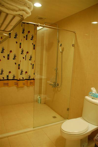 很大間的乾濕分離浴室(還有養眼的透明門 ㄎㄎ)