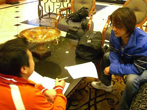 在飯店大廳與工作人員準備錄音事宜