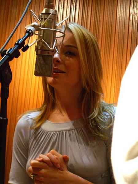 唱歌中的她