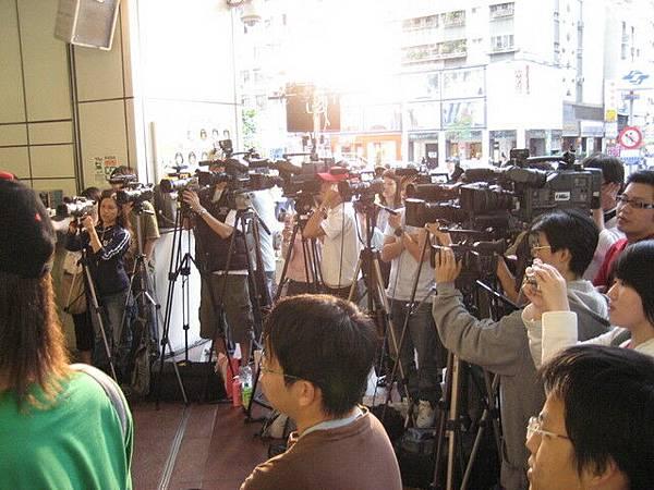 滿滿的攝影機和人潮
