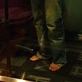 猜猜看這是誰的腳啊~~