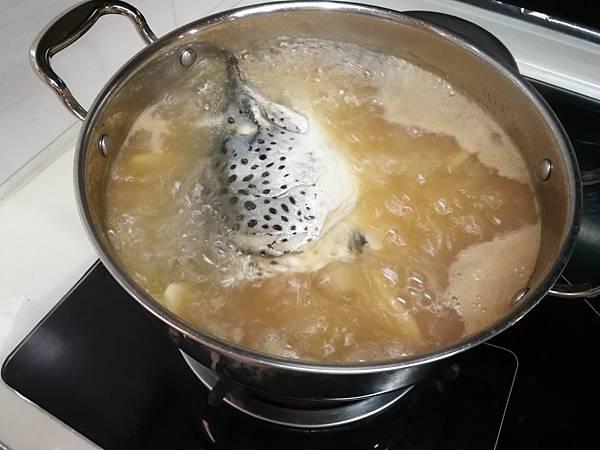 988廚房挪威鮭魚頭11.jpg