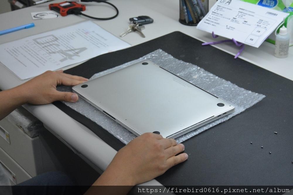 台北MacBook維修推薦-MacBook底蓋拆卸