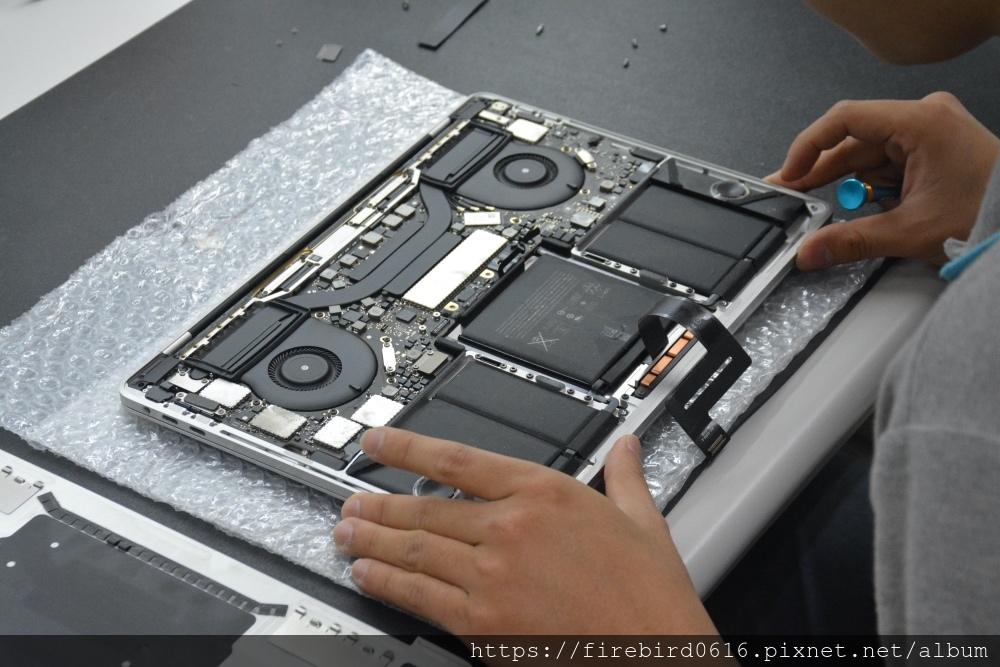 台北MacBook維修-MacBook主機板拆卸