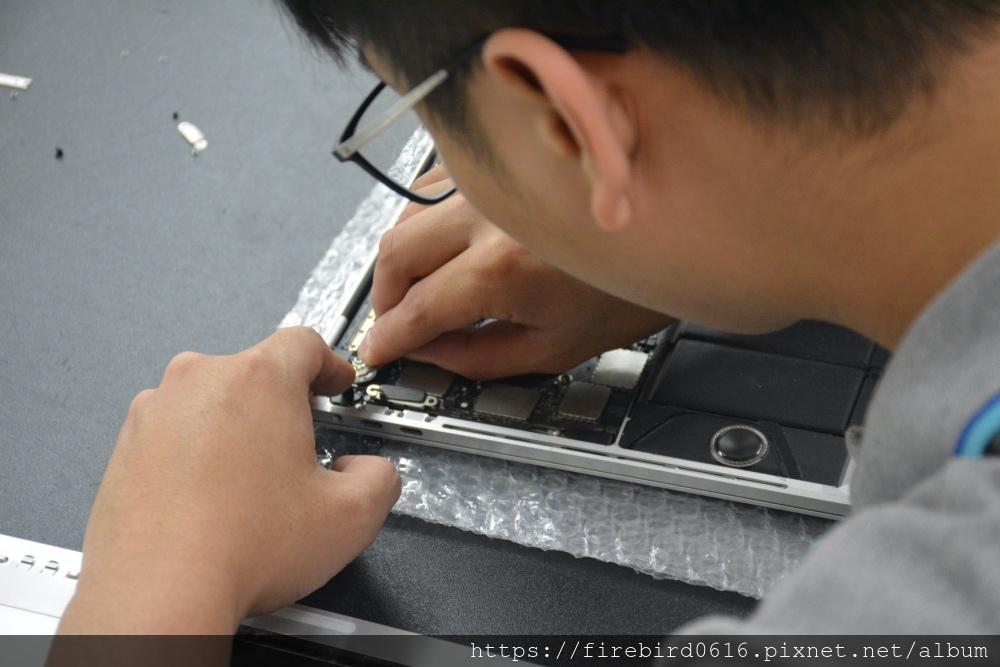 台北MacBook維修推薦-排線拆除
