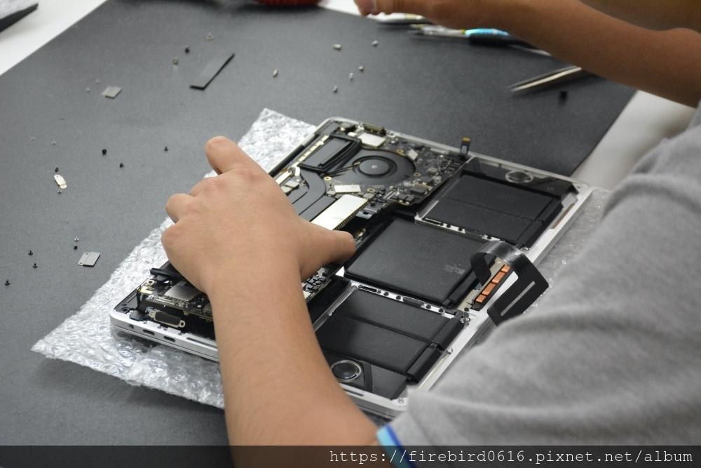 台北MacBook維修推薦-MacBook主機板拆卸