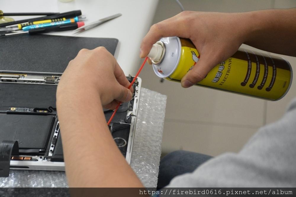 台北MacBook維修推薦-MacBook電池除膠