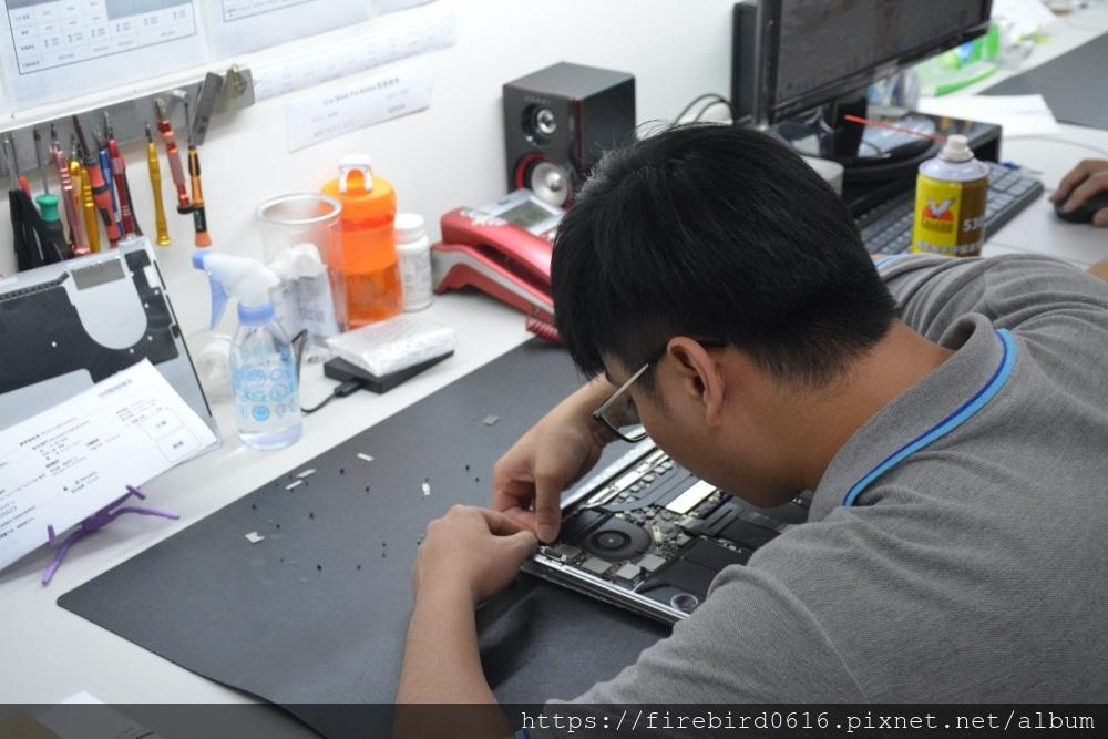 台北MacBook維修推薦-裝上MacBook主機板