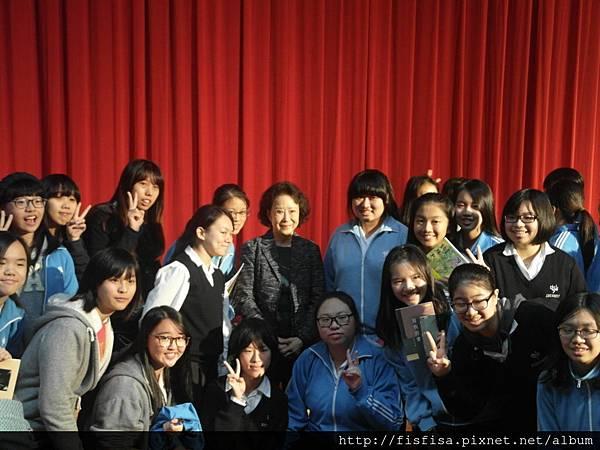中山女中學生與林文月老師合影留念。