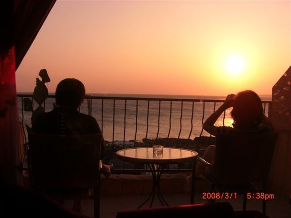 小倆口在陽台看夕陽