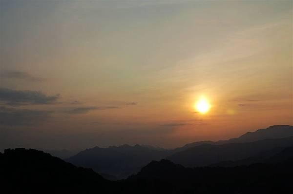 北宜路~不到6點太陽竟這麼高掛了.JPG