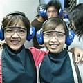 1154-女生還要戴圍兜兜~配上眼鏡耳罩~好可愛