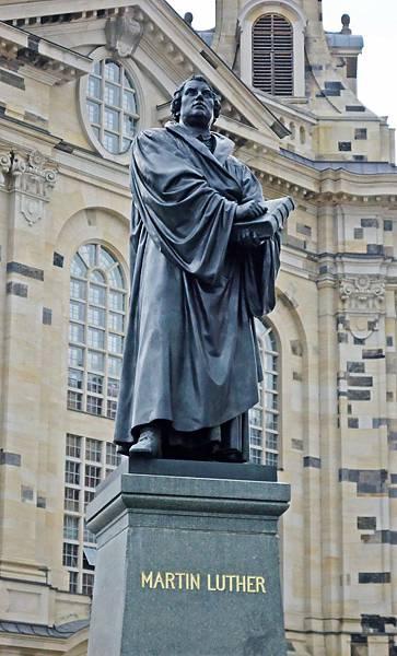 聖母教堂前的馬丁路德雕像