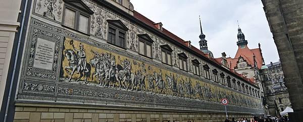 聖母教堂旁的德勒斯登城  城堡外牆的王朝馬列圖