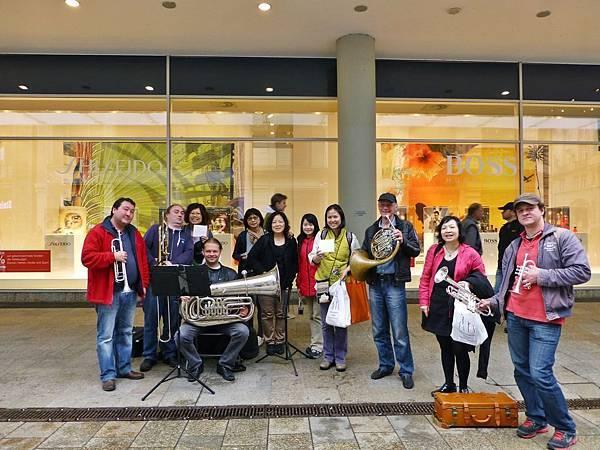 往聖湯瑪斯教堂的路上  遇見非常優秀的銅管五重奏團體   從韓德爾彌賽亞、帊海貝爾卡儂、風流寡婦,吹奏到現代爵士......我們被吸引得移不開腳步  之後好幾位同學買了CD與他們合影