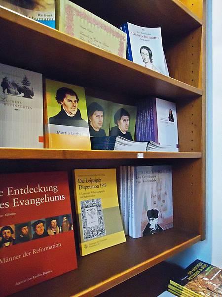 尼古拉教堂內的紀念品小店  有關於馬丁路德  甚至克拉拉的書籍