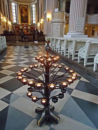 尼古拉教堂內  燃著為紀念東西德合併的蠟燭  讓我想起一本感人的小書《蠟燭的政變》