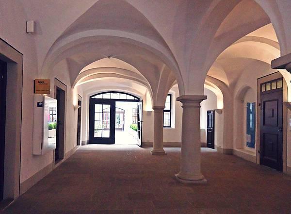 通往巴赫博物館的長廊  聽說今天巴赫博物館免費  恩典之日