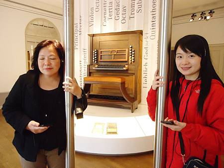 跟隨導聆指示,在巴赫曾經彈奏的管風琴前,觸摸管柱,聆聽巴赫創作的管風琴作品