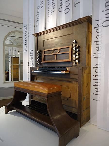 巴赫彈奏過的管風琴,坐過的琴椅。目前只剩下琴殼沒有管子,無法彈奏了。