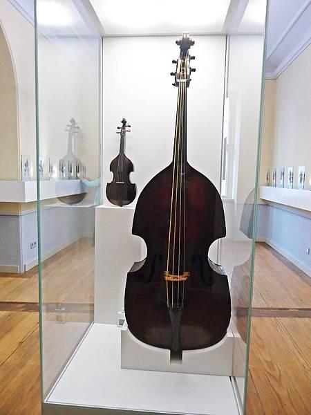 巴赫的樂團使用過的低音大提琴,目前仍可演奏,但已換過多次琴弦,不是原來的模樣與音色了