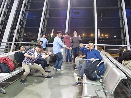 上海漫長候機  八角塔的活潑大男生   都不累的樣子